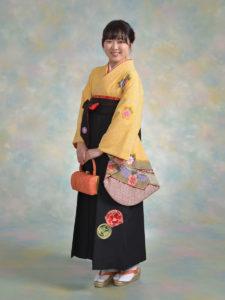 二尺袖040黄しぼり×袴543黒地椿丸紋刺しゅう